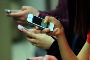 [이슈]보행 중 스마트폰 사용 40%…10·20대 '절반'