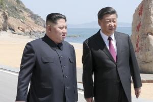 中 첫 항공모함 출항식에 간 김정은… 묘한 파장