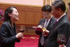 [포토] 웃으며 시진핑과 이야기 나누는 김여정