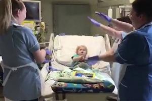 수술에 지친 아이 위해 춤추며 노래한 간호사들
