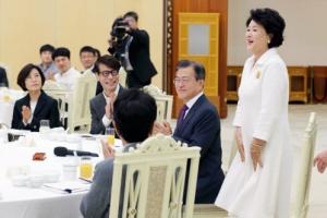 [서울포토] 남측 예술단원들에게 인사하는 김정숙 여사