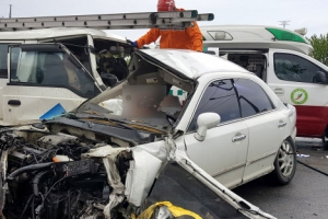 무면허 운전 고교생, 중앙선 넘어 트럭 2대와 충돌…2명 사망