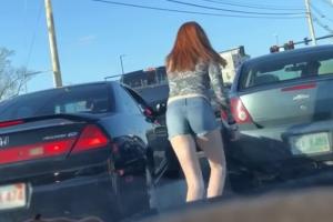 분노한 여성 운전자의 도로 위 트월킹 댄스