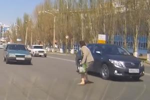 목숨 걸고 무단횡단 하는 러시아 여성