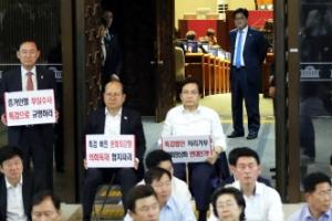 [포토] '하염없이 바라볼뿐' 우원식 민주당 전 원내대표