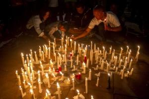 인도네시아 폭탄테러 희생자 추모… 수라바야 인근서 하루 만에 또 일가족 자폭테러