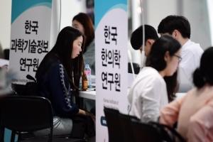 취업자증가 석달째 10만명대…제조업 11개월만에↓·건설도 휘청