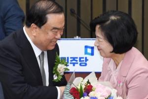 [서울포토] 추미애 대표에게 꽃다발 받는 문희상 의원