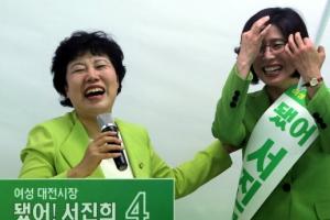 [포토] '소탈한 웃음'으로 지지 호소하는 조배숙 민주평화당 대표