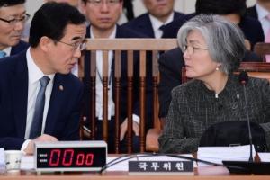 [서울포토] 외통위 전체회의, 대화 나누는 조명균-강경화 장관