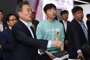 [서울포토] '신기하네~' 동작인식 체험하는 문재인 대통령