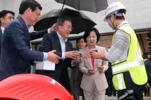 [서울포토] '드론 배달 왔습니다'…커피 받아든 문재인 대통령