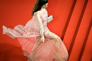 [포토] 휘날리는 드레스 자락 속 '매끈한 실루엣'