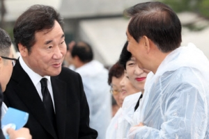 [포토] 5·18 민주화 기념식장서 李총리가 반갑게 맞은 사람