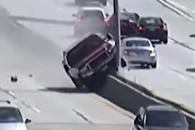고속도로 중앙분리대 타고 곡예 운전