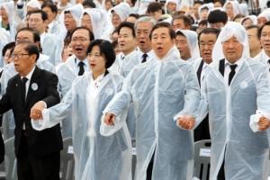 여야 주요 인사 광주 집결… '임을 위한 행진곡' 빗속 제창