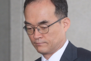 [서울포토] '굳은 표정으로 청사 나서는' 문무일 검찰총장