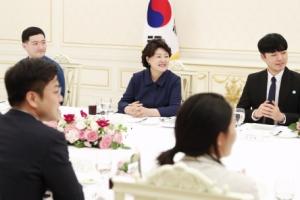 [서울포토] 김정숙 여사, 보호아동 후원 청년들과 만찬