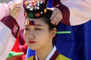 남산서 전통 성년례…'도포·당의 입고 족두리 쓰고'