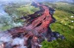 강처럼 흐르는 붉은 용암