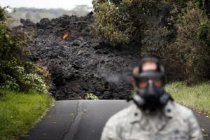 [포토] '하와이 화산폭발' 방독면 쓴 사람 뒤로 덮쳐오는 용암