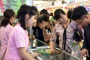 [포토] '평양시민들의 쇼핑 잇템은?'…제21차 평양 봄철 국제상품전람회