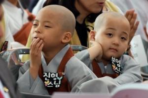 [서울포토] '동자승은 지루해~' 부처님오신날 봉축법요식
