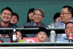 [포토] '함박 웃음' 정운찬 총재, 경기 관람