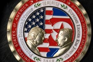 북미정상회담 기념주화 만든 미국···트럼프·김정은 같은 눈높이