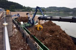3일간의 폭우 뒤… 팔당호 부유 쓰레기 700t 수거 작업