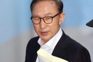 [서울포토] 양복 차림에 노타이… MB 첫 재판 출석