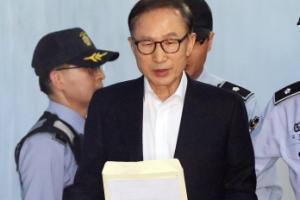 [서울포토] '뇌물·횡령 혐의' 이명박 전 대통령 첫 법정 출석