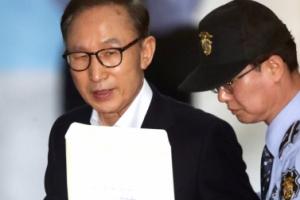 [서울포토] MB, 양복 차림에 서류봉투 들고 첫 법정 출석