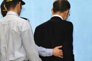 [서울포토] 부축 받으며 법정 향하는 이명박 전 대통령