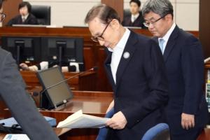 [서울포토] '뇌물·횡령 혐의' 첫 재판에 출석한 MB