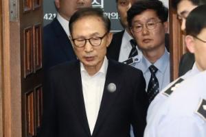 [서울포토] 법정으로 들어서는 이명박 전 대통령