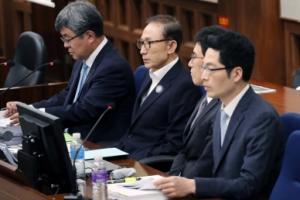 [서울포토] 첫 재판 시작 기다리는 이명박 전 대통령