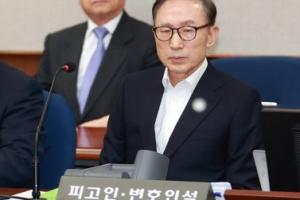 [서울포토] 피고인석에 앉아 재판 기다리는 이명박 전 대통령