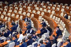 국회, 정부 개헌안 표결 시작… 민주당 단독 참여