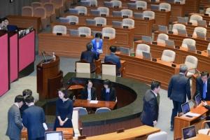 정부개헌안 표결 '반쪽 본회의'…64분만에 '투표 불성립'