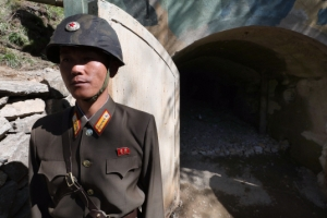 [서울포토] 풍계리 핵실험장 2번 갱도 앞 북한 군인