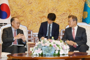 [서울포토] 문재인 대통령, 김용 세계은행 총재 접견