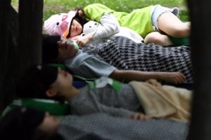 [서울포토] '꿀잠중…' 잠자는 숲속의 사람들