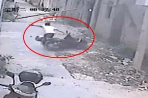 갑자기 무너져 내린 벽…가까스로 목숨 구한 스쿠터 운전자