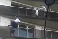 아파트 4층 난간 매달린 아이 구한 스파이더맨