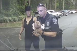 질식사 위기 처한 아기 살려낸 경찰관