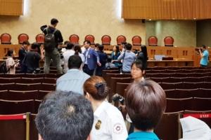 """""""친구 살려내라"""" 분노한 KTX 해고 승무원, 대법정 점거시위"""