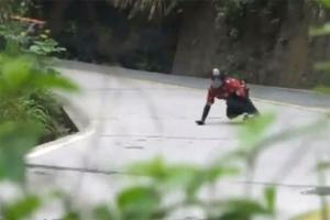 중국 천문산 고갯길 18분만에 완주한 롱보드선수