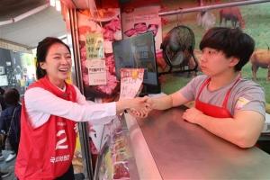 [포토] 선거운동 첫날, 시장 찾은 배현진