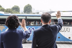 [서울포토] 오찬 참석자들 배웅하는 문재인 대통령 내외